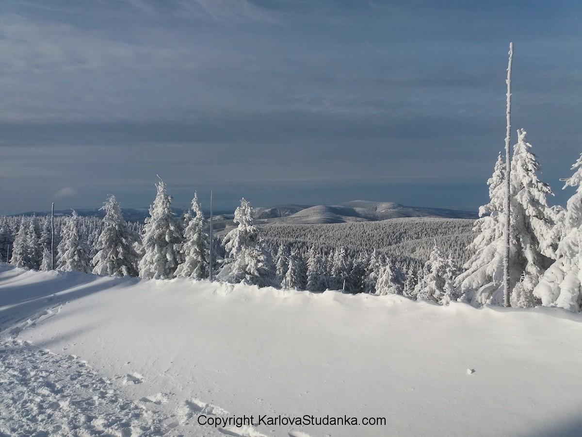 Výhled z Pradědu na Jeseníky a Kralický Sněžník